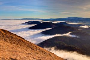 chaine-de-volcans-sous-les-nuages