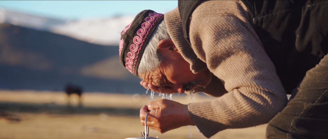 nomad-washing-face