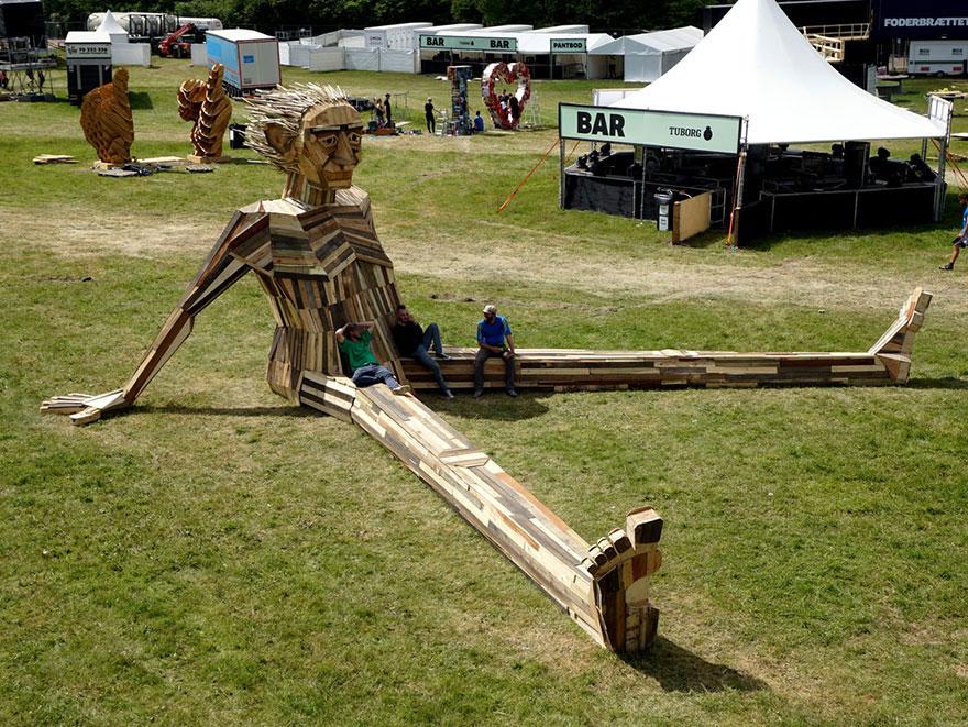 Géante sculpture en bois