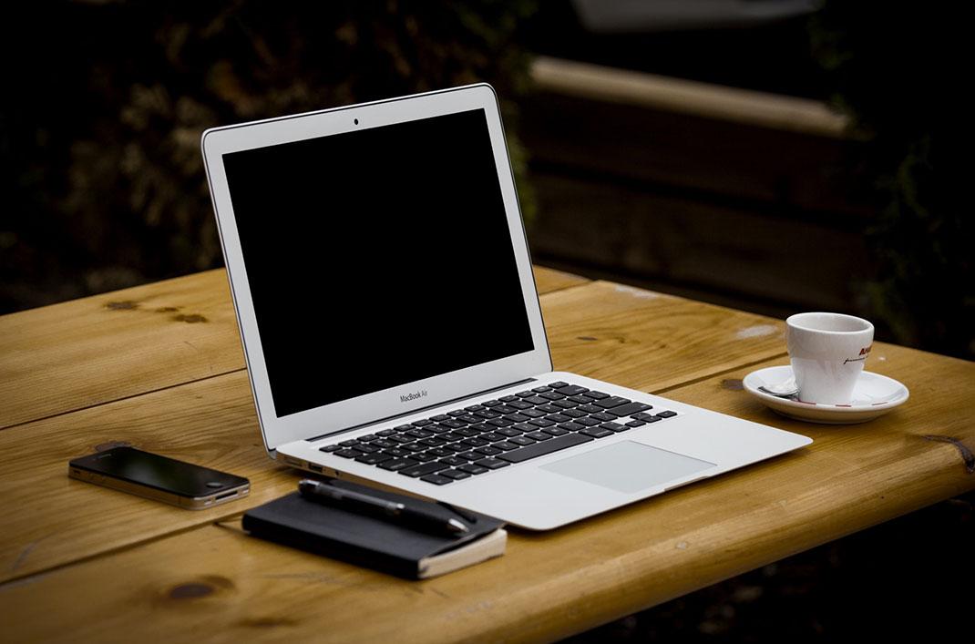ordinateur-portable-et-smartphone