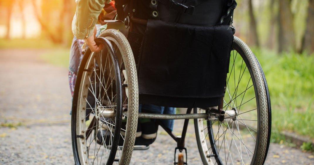 singe-fauteuil-roulant-pensee-une