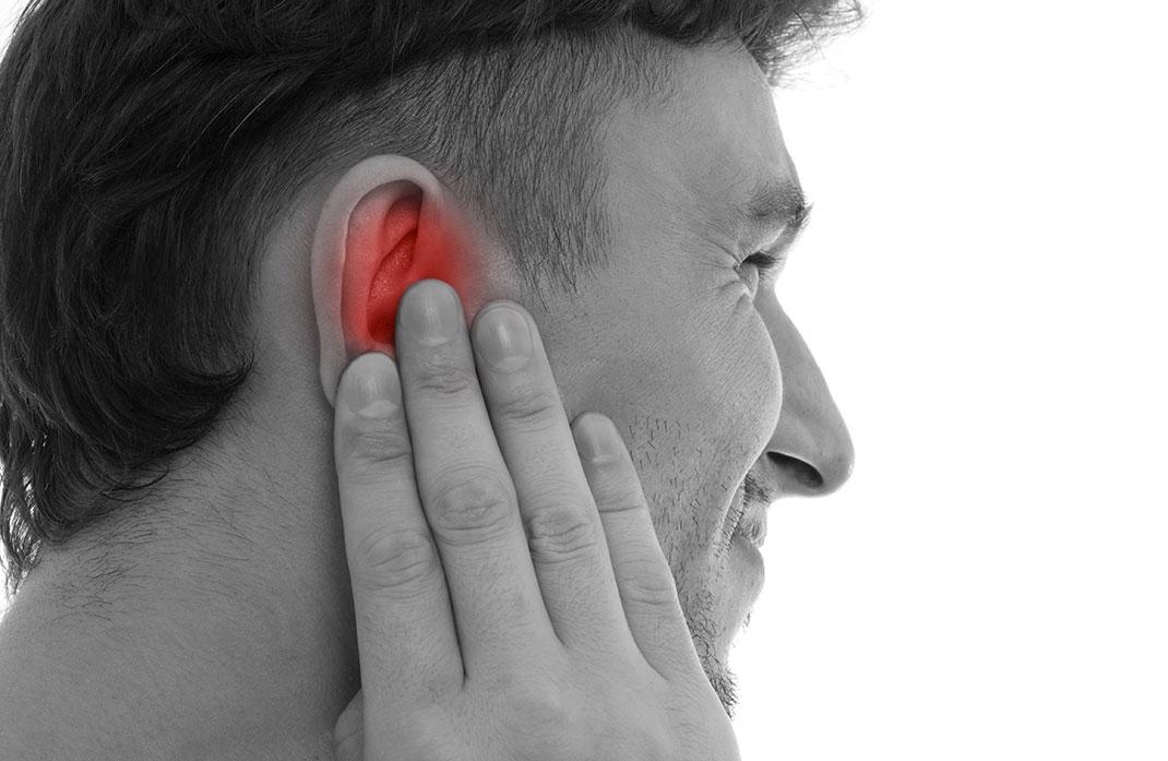 Un homme souffre de l'oreille via Shutterstock