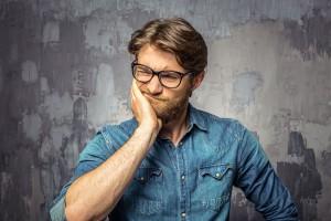 Un homme a oublié un mot via Shutterstock