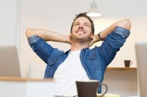Un homme se laisse aller à la rêverie via Shutterstock