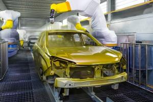 Des robots peignent une voiture via Shutterstock