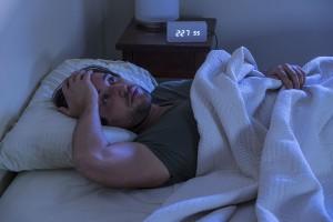 Un homme est réveillé via Shutterstock