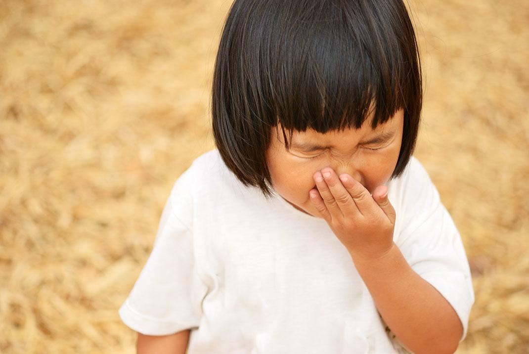 Une petite fille qui éternue via Shutterstock