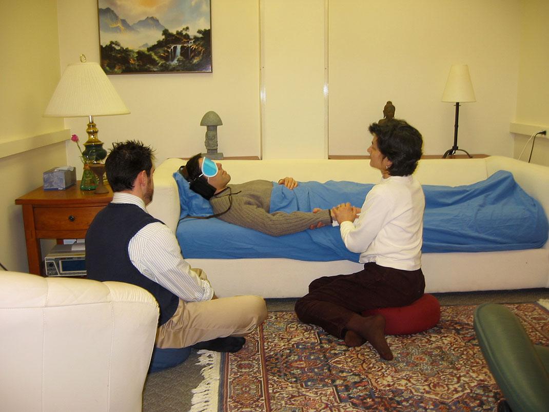 Les chercheurs de Johns Hopkins ont installé leur patients dans une chambre confortable avec de la musique apaisante