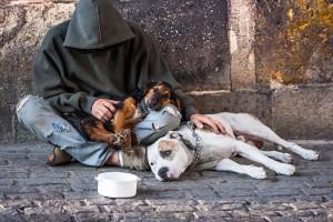 Un homme mendiant via Shutterstock