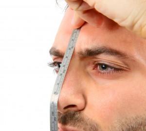 Un mètre sur le nez d'un jeune homme via Shutterstock
