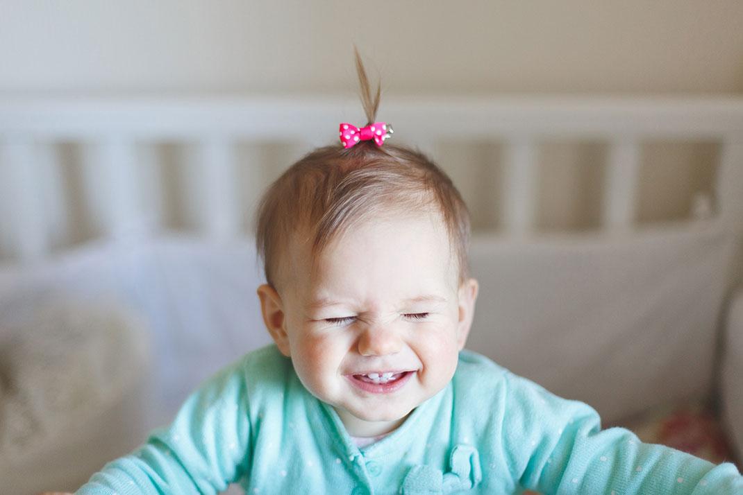 Une petite fille qui cligne des yeux via Shutterstock