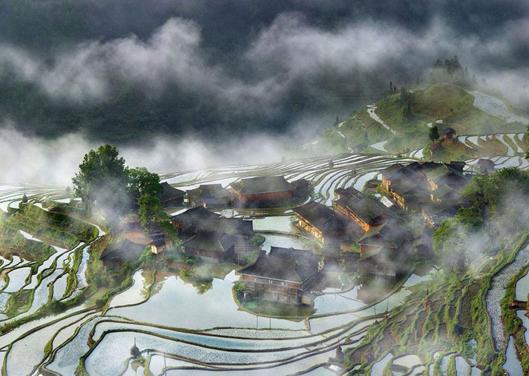 Terrasses de village dans le brouillard de Thierry Bornier, Chine