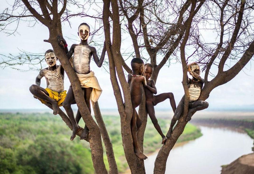 Des enfants avec le visage peint de Massimo Rumi, Ethiopie