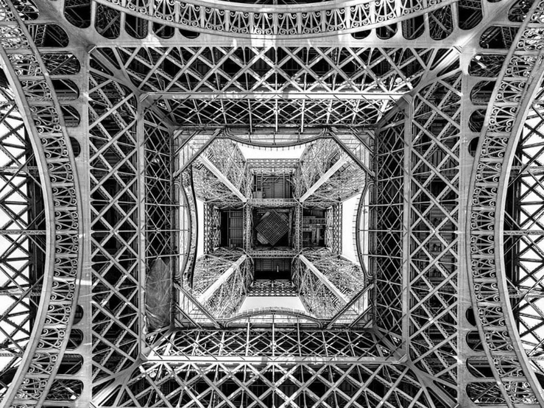 Sous la tour Eiffel de Alejandro Merizalde, France