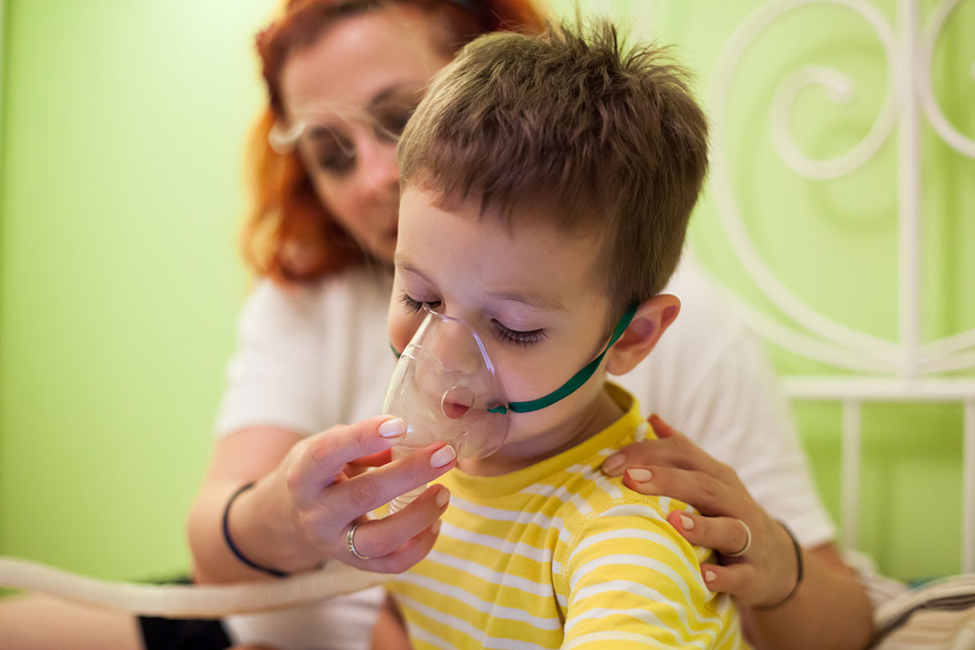 Un enfant ayant des problèmes respiratoires via Shutterstock