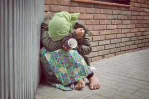 Une femme faisant la manche via Shutterstock