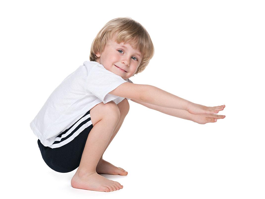 Un enfant accroupi via Shutterstock