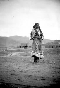 Une jeune fille à Taos Pueblo photographiée par H. S. Poley