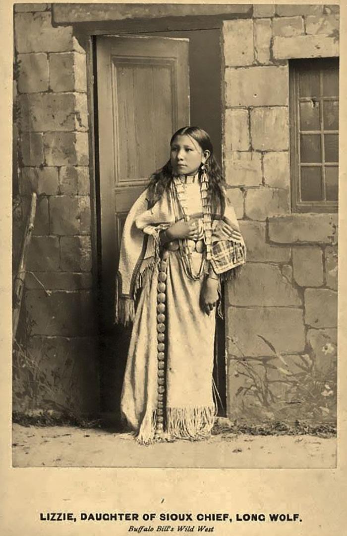 Lizzie Long Wolfen, actrice dans le Buffalo Bill's Wild West Show, en 1886