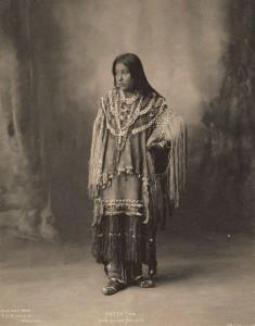 Hattie Tom des Apaches Chiricahua, photographiée par Frank A. Rinehart 1899