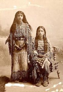 Deux jeunes amérindiennes (1870-1900)