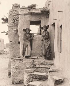 Des filles Hopi en 1900, photographiées par Frederick Monsen