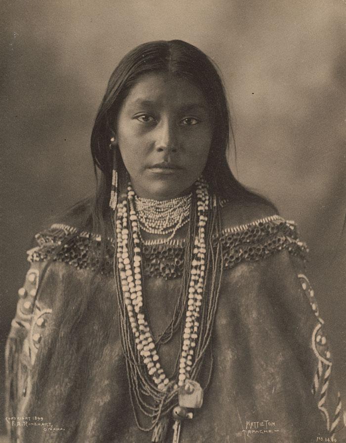Hattie Tom, une jeune Apache photographiée par Frank A. Rinehart en 1899