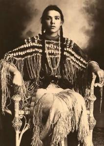 Gertrude Three Finger de Cheyenne photographiée par William E. Irwin (1869-1904)