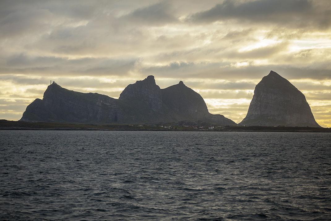 Træna sous le soleil de minuit via Shutterstock