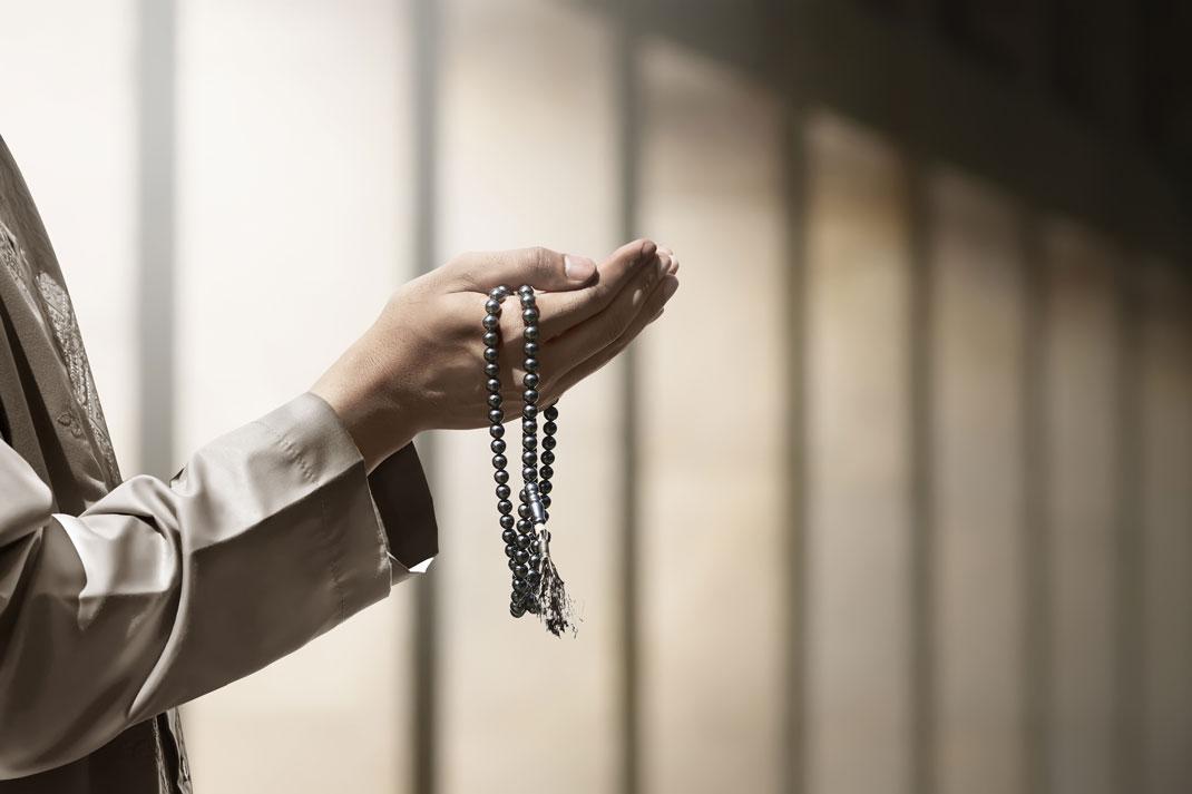 Les mains d'un homme musulman en train de prier via Shutterstock