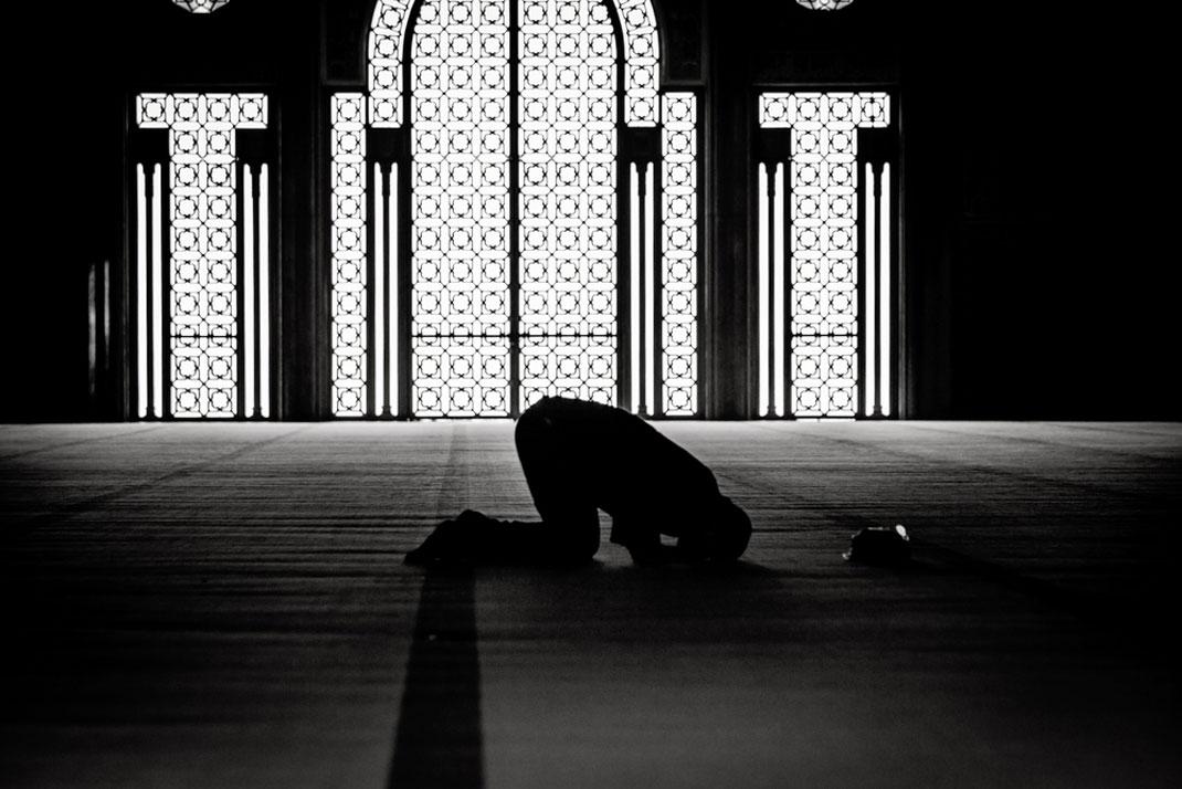 Un musulman priant dans une mosquée via Shutterstock