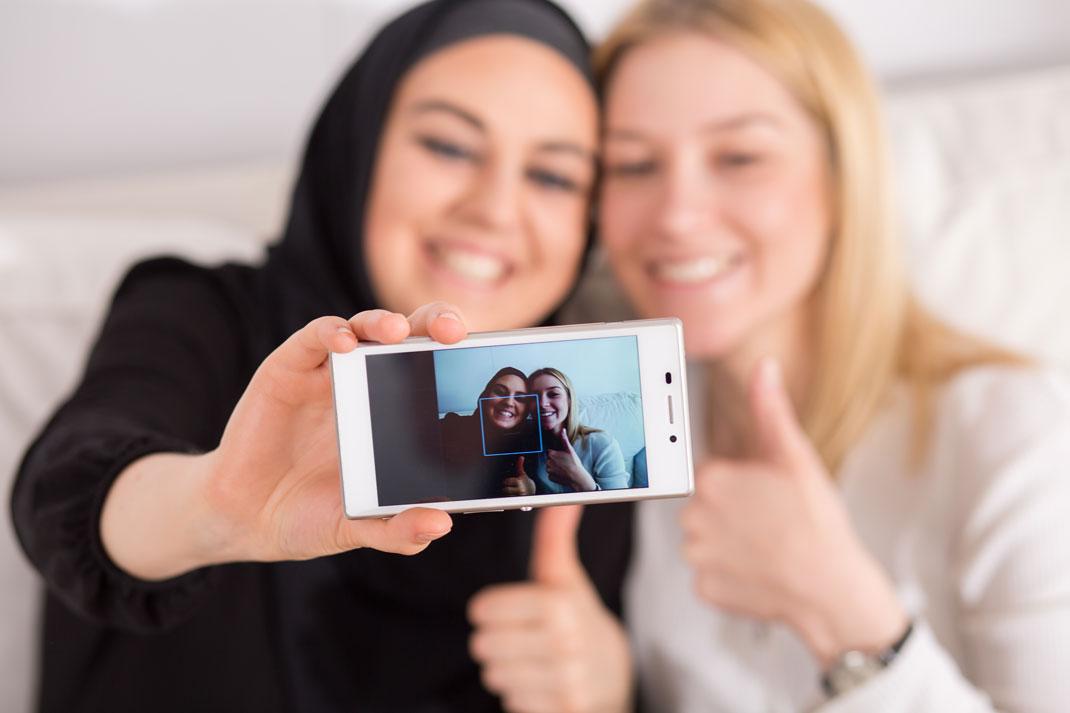 Deux amies prenant un selfie via Shutterstock
