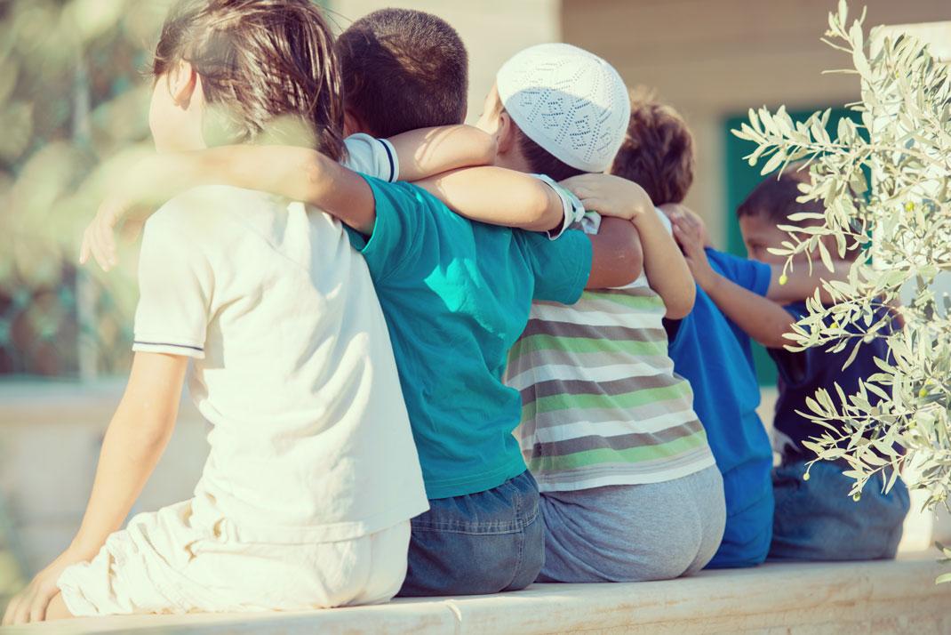 Un groupe d'enfants de toutes confessions heureux via Shutterstock