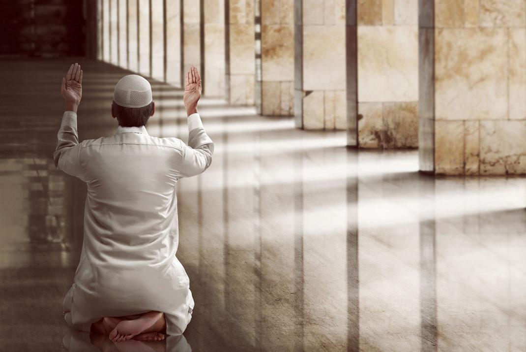 Un musulman priant via Shutterstock