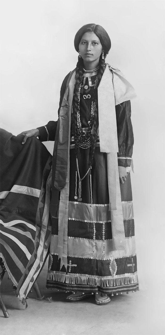 Une jeune amérindienne en costume traditionnel