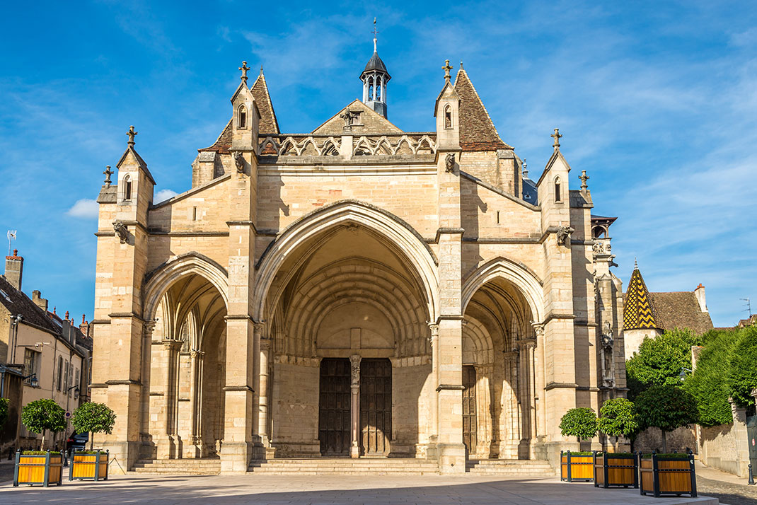 La basilique Notre-Dame à Beaune via Shutterstock