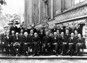 Conférence de Solvay de 1927. Au premier rang, au centre, Einstein. Marie Curie est deux places à gauche