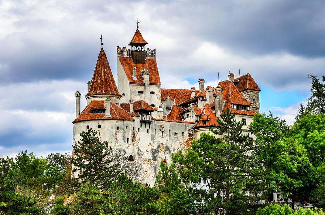 Le château de Bran surnommé le château de Dracula via Shutterstock