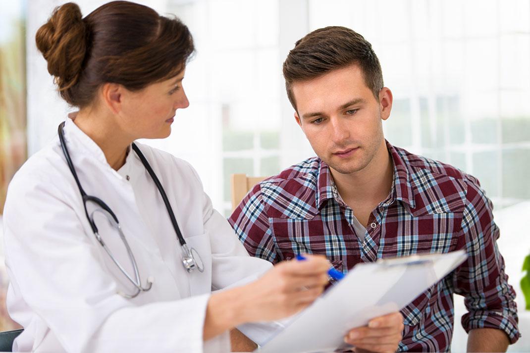 Un homme chez le médecin via Shutterstock