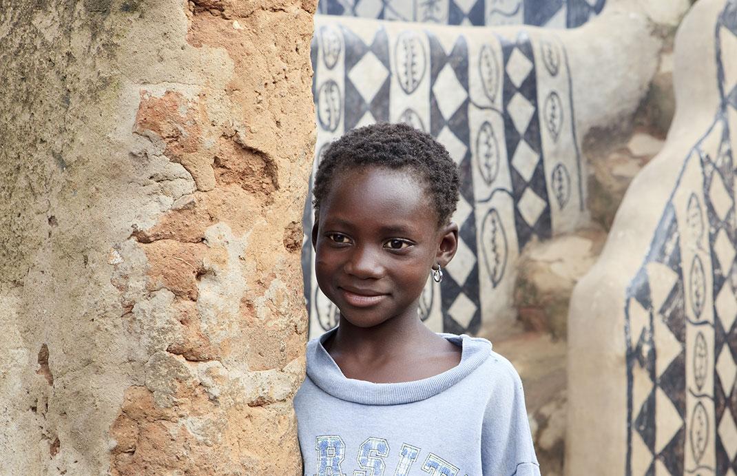 Un petit garçon à Tiébélé via Shutterstock