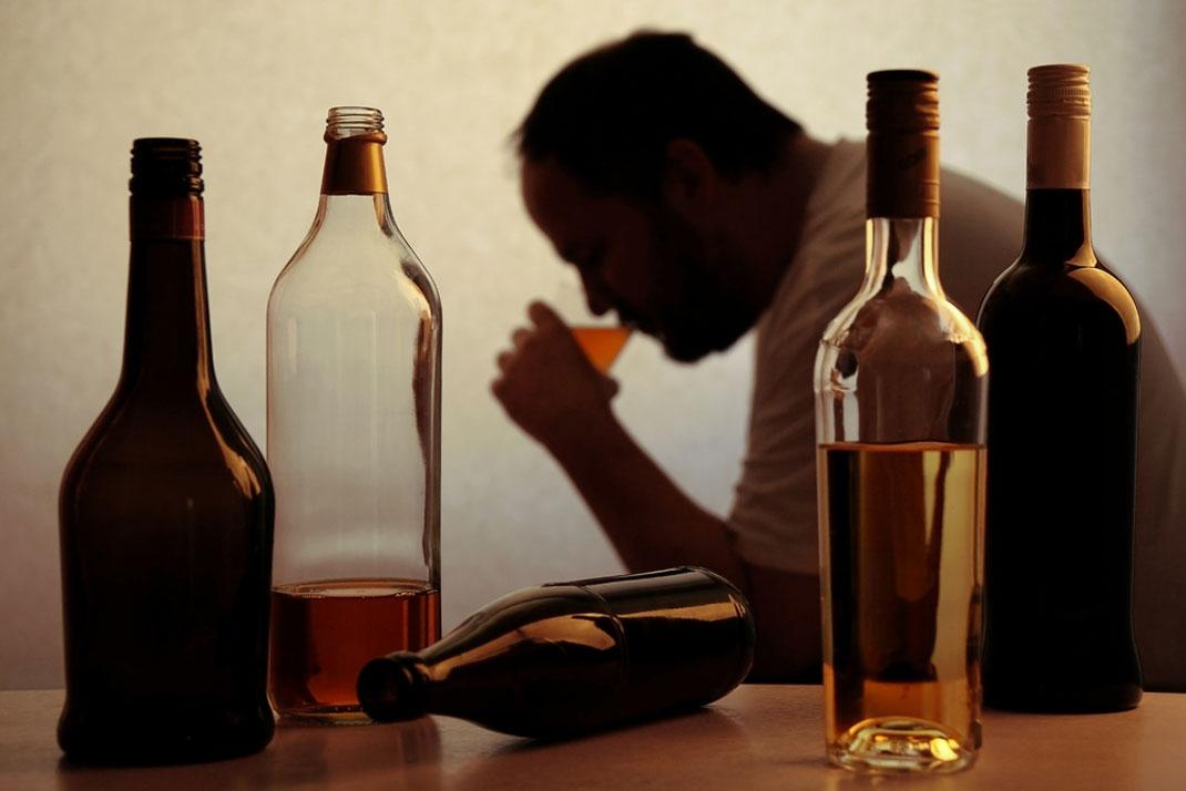 La silhouette d'un homme buvant de l'alcool via Shutterstock