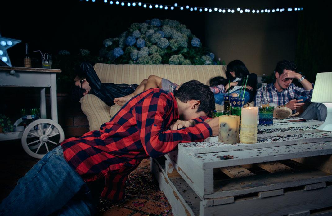 Un groupe d'amis en lendemain de soirée via Shutterstock