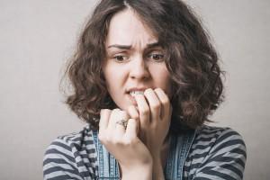 Femme qui ronge ses doigts via Shutterstock