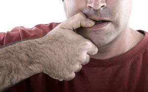 Homme qui se ronge la peau du pouce via Shutterstock