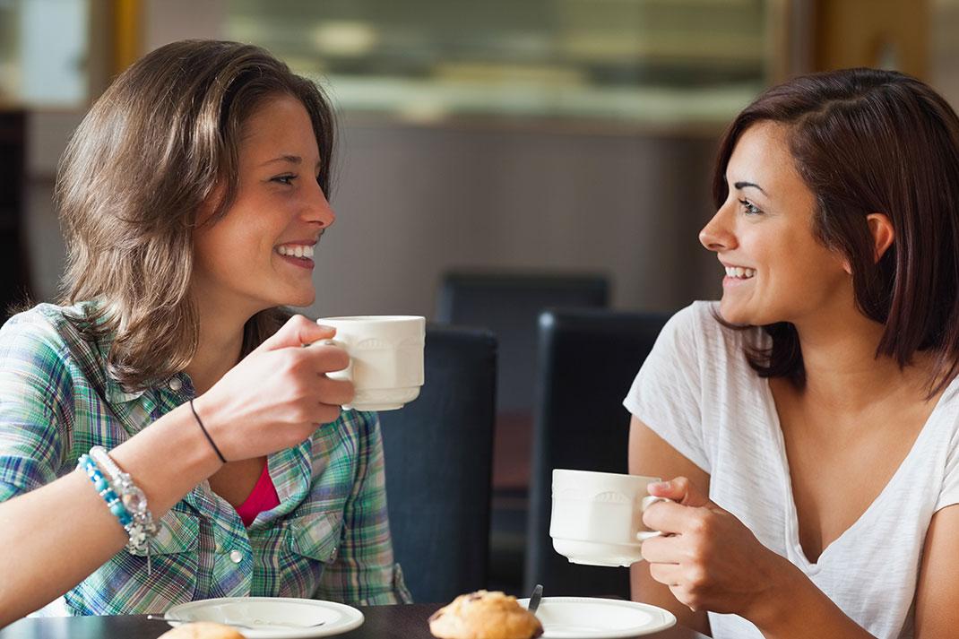 Deux amies partagent un café via Shutterstock