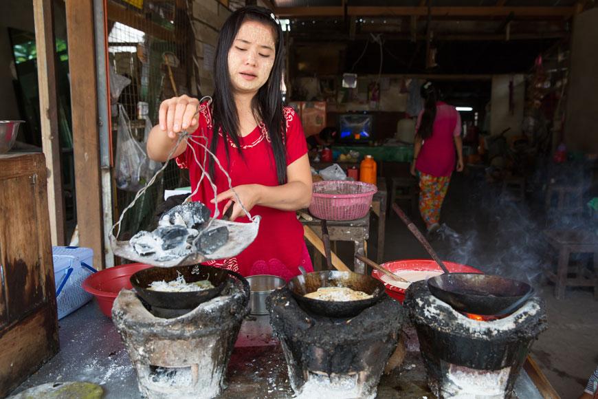 Une jeune asiatique préparant à manger