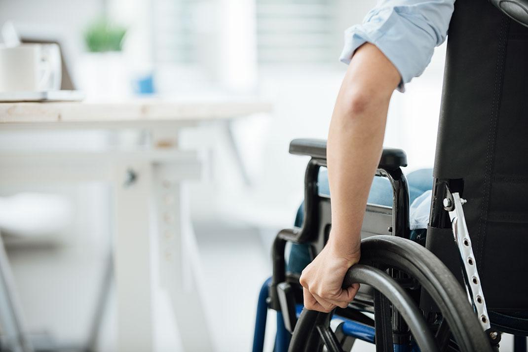 Personne en fauteuil roulant via Shutterstock