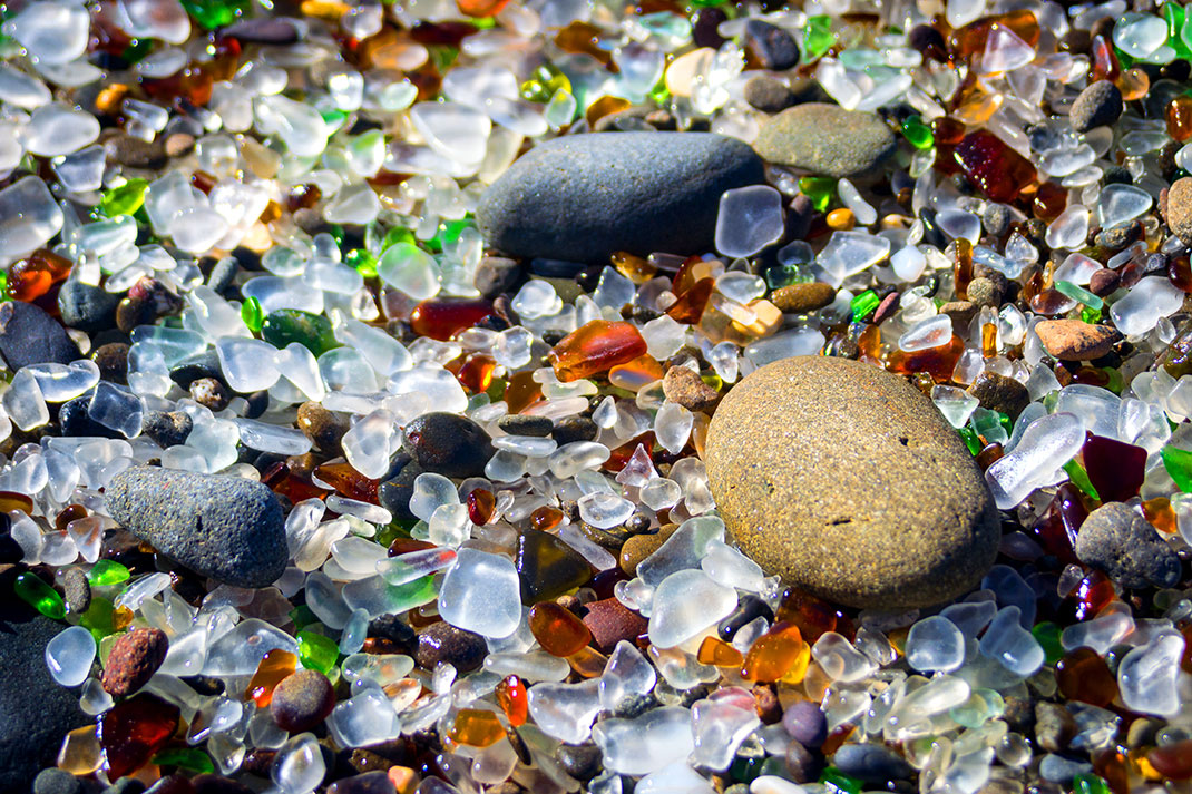 Glass Beach en Californie via Shutterstock