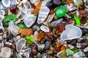 Glass Beach en Californie via Shutterstock