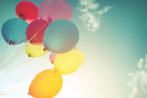 Des ballons colorés et gonflés à l'hélium via Shutterstock